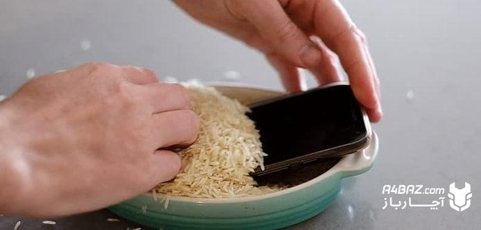 خشک کردن گوشی آب خورده با برنج نپخته